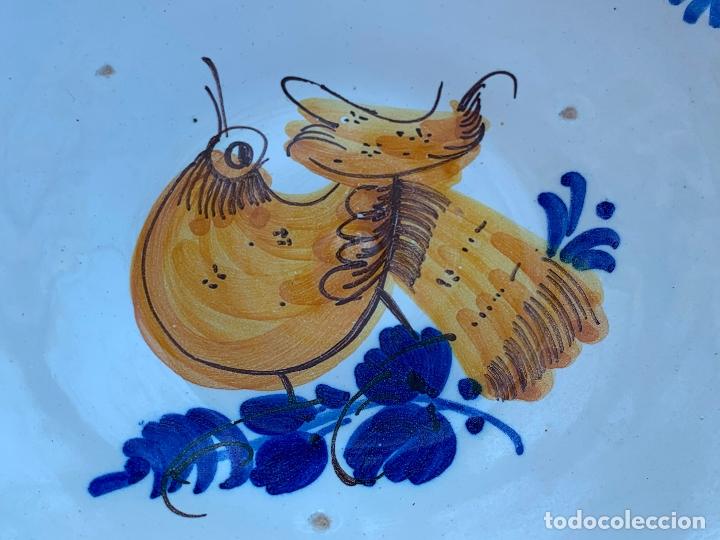 Antigüedades: Precioso plato de ceramica Puente del Arzobispo. Firmado. 25,5 cms diametro - Foto 7 - 174479914