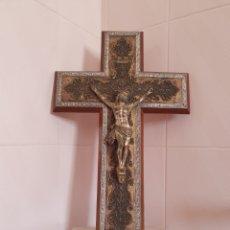 Antigüedades: ANTIGUO CRUCIFICADO CON BASTANTE ORNAMENTACION. Lote 162437009