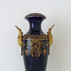 Antigüedades: SEVRES PORCELAIN VASE GILT BRONZE ORMOLU MOUNTED LOUIS XVI BLUE JARRON PORCELANA BRONCE DORADO XIX. Lote 174524669