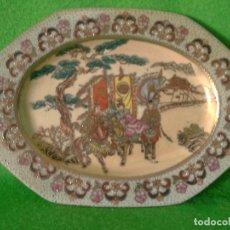 Antigüedades: BANDEJA O FUENTE DE PORCELANA SATSUMA CON MOTIVOS EN ORO SELLADA EN BASE. Lote 174625272