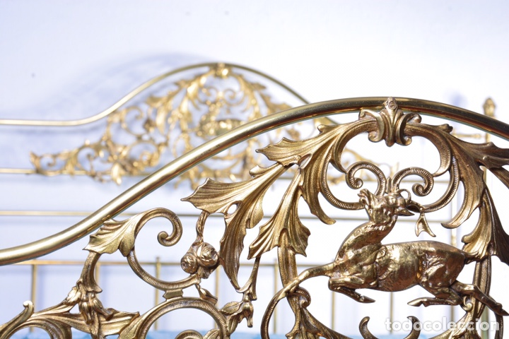 Antigüedades: Importante cama completa antigua de 150 cm de bronce decorado con ciervos, repujado y cincelado - Foto 2 - 174627264