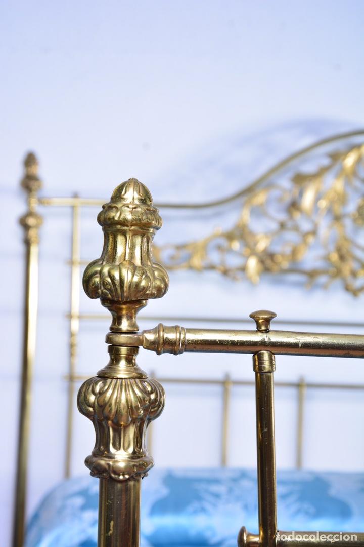 Antigüedades: Importante cama completa antigua de 150 cm de bronce decorado con ciervos, repujado y cincelado - Foto 4 - 174627264