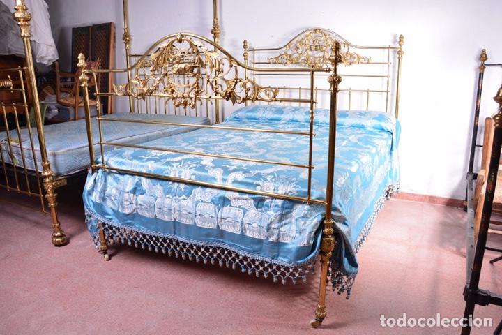 Antigüedades: Importante cama completa antigua de 150 cm de bronce decorado con ciervos, repujado y cincelado - Foto 7 - 174627264
