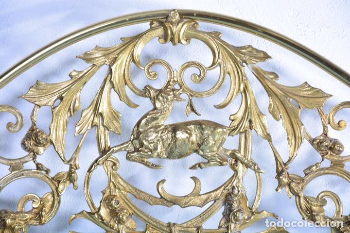 Antigüedades: Importante cama completa antigua de 150 cm de bronce decorado con ciervos, repujado y cincelado - Foto 10 - 174627264