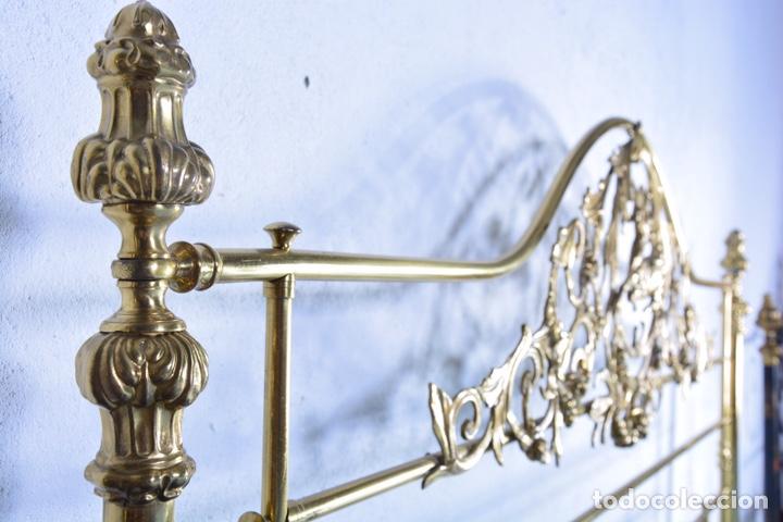 Antigüedades: Importante cama completa antigua de 150 cm de bronce decorado con ciervos, repujado y cincelado - Foto 11 - 174627264