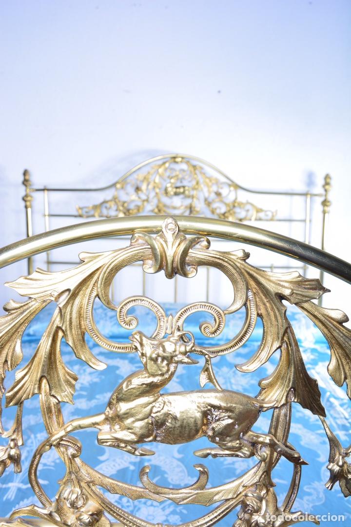 Antigüedades: Importante cama completa antigua de 150 cm de bronce decorado con ciervos, repujado y cincelado - Foto 12 - 174627264