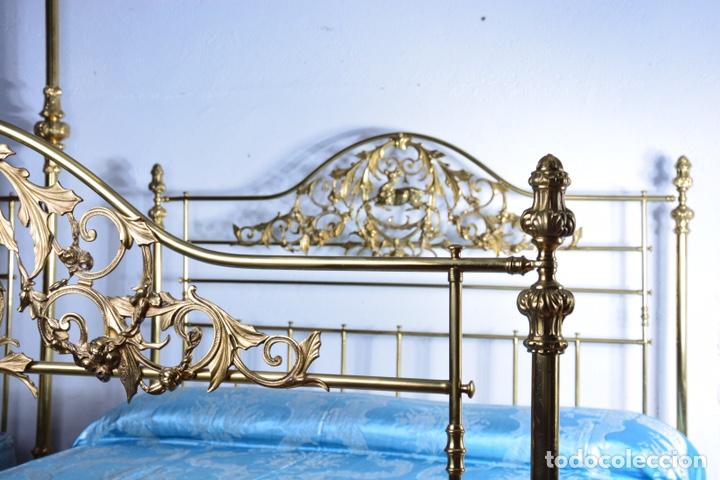 Antigüedades: Importante cama completa antigua de 150 cm de bronce decorado con ciervos, repujado y cincelado - Foto 13 - 174627264
