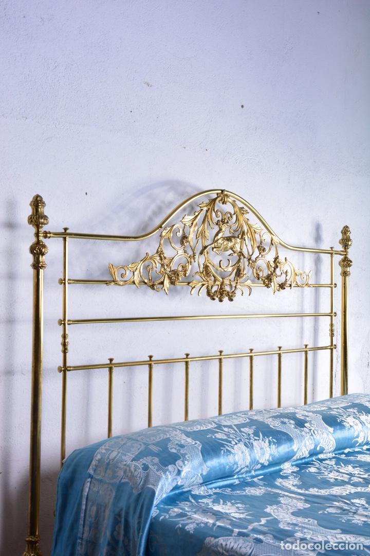 Antigüedades: Importante cama completa antigua de 150 cm de bronce decorado con ciervos, repujado y cincelado - Foto 17 - 174627264