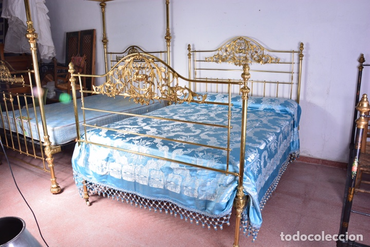 IMPORTANTE CAMA COMPLETA ANTIGUA DE 150 CM DE BRONCE DECORADO CON CIERVOS, REPUJADO Y CINCELADO (Antigüedades - Muebles Antiguos - Camas Antiguas)