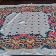 Antigüedades: BONITO PAÑUELO DE FLORES CON FONDO AMARILLO CLARO.. Lote 174627590