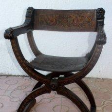 Antigüedades: SILLÓN JAMUGA DE NOGAL. CUERO REPUJADO POLICROMADO. ESTILO RENACIMIENTO. ESPAÑA. XIX-XX.. Lote 174682908