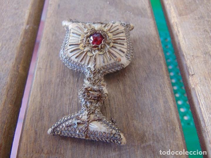 Antigüedades: ANTIGUO ESCAPULARIO BORDADO PARA VIRGEN DE VESTIR , EN FORMA DE CALIZ MIDE 6.5 CM - Foto 4 - 174960348