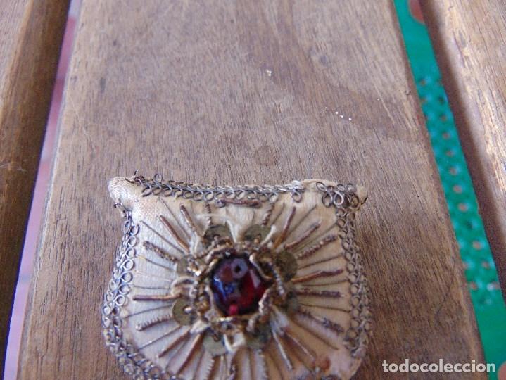 Antigüedades: ANTIGUO ESCAPULARIO BORDADO PARA VIRGEN DE VESTIR , EN FORMA DE CALIZ MIDE 6.5 CM - Foto 6 - 174960348