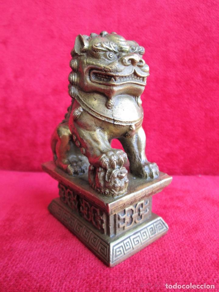 FIGURA DE PERRO FOO CHINO EN BRONCE - HEMBRA CON SU CRIA BAJO LA PROTECCION DE LA GARRA (Antigüedades - Hogar y Decoración - Figuras Antiguas)