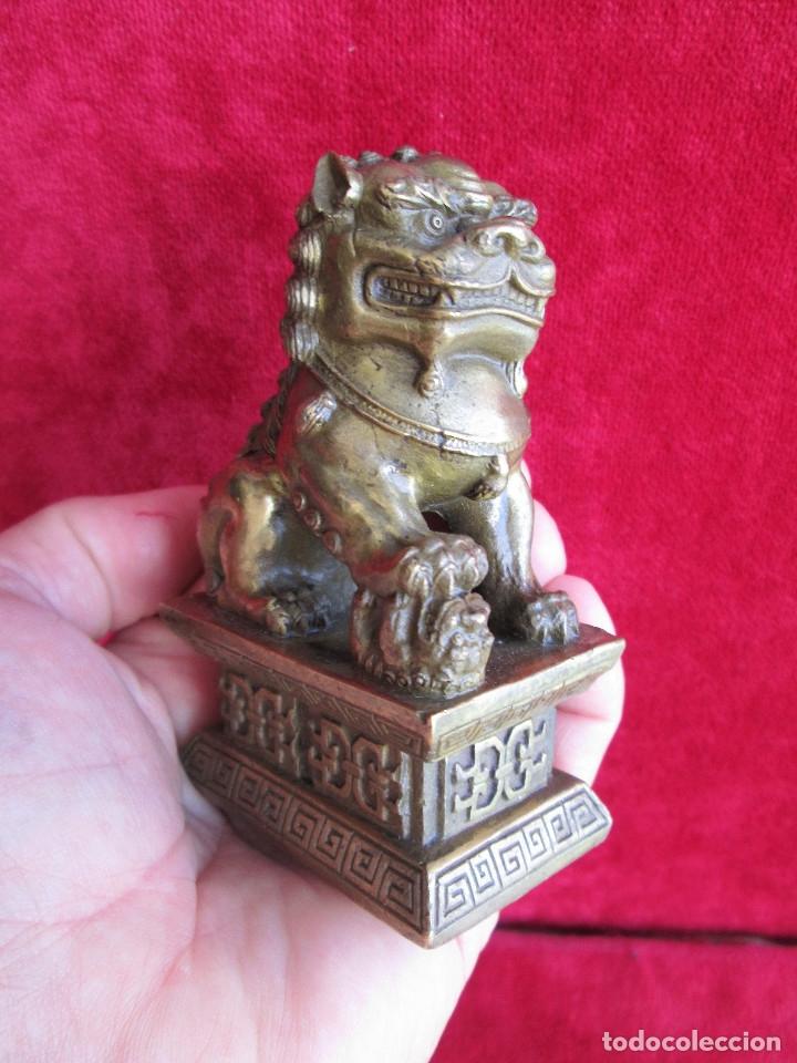 Antigüedades: FIGURA DE PERRO FOO CHINO EN BRONCE - HEMBRA CON SU CRIA BAJO LA PROTECCION DE LA GARRA - Foto 8 - 174966449