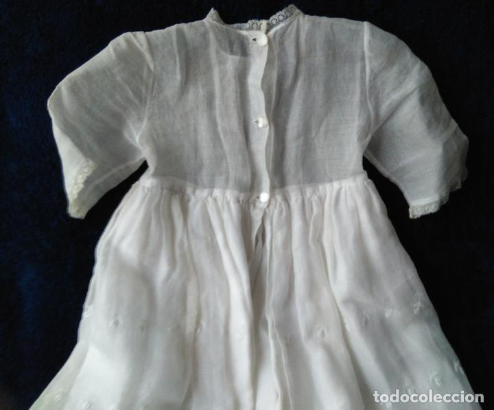 Antigüedades: Faldón de organdí liso el cuerpo y la falda con bordados y forrada, hechura a mano. h. 1959-60 - Foto 2 - 174970058