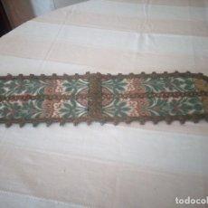 Antigüedades: ANTIGUO TAPETE FLORAL CON PUNTILLA METÁLICA,AÑOS 20. Lote 174981005