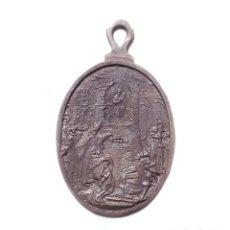 Antigüedades: MEDALLA NUESTRA SEÑORA DE LA ALMUDENA.(PATRONA DE MADRID). REALIZADA EN PLATA 7 CM DE ALTA. Lote 174986070