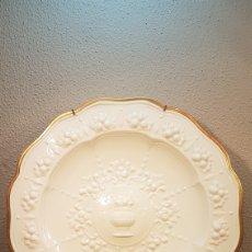Antigüedades: ESPECTACULAR PLATO DE PORCELANA BLANCO CON BORDE DORADO CON DECORACIÓN Y ORLA DE FRUTAS. AÑOS 50.. Lote 174992553