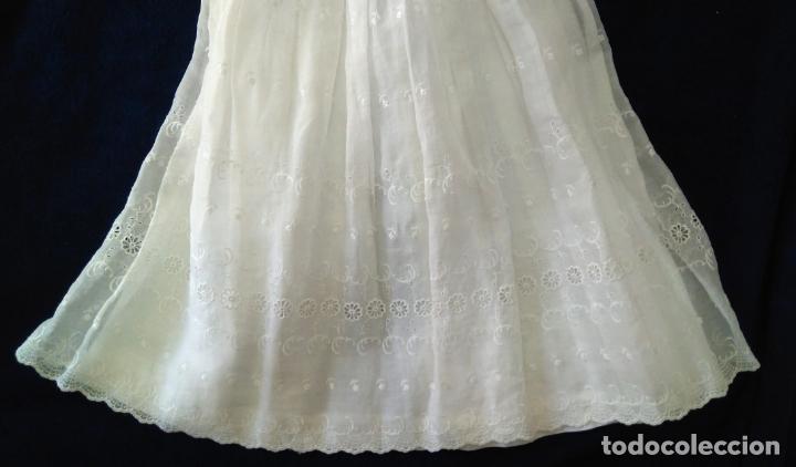Antigüedades: Faldón de organdí liso el cuerpo y la falda con bordados y forrada, hechura a mano. h. 1959-60 - Foto 4 - 174970058