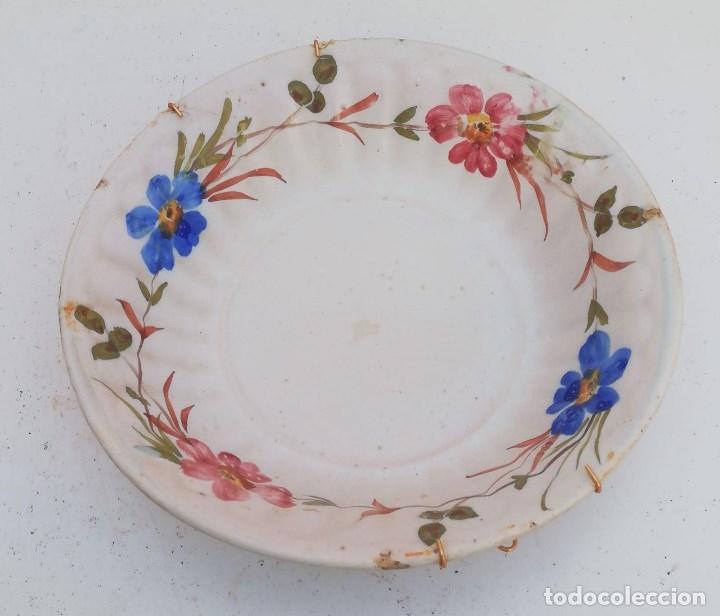PLATO FUENTE ANTIGUA DE LARIO DE 35 CMS. DE DIAMETRO Y ESTAMPADO DE FLORES (Antigüedades - Porcelanas y Cerámicas - Lario)