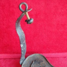 Antigüedades: MUY ANTIGUO CANDIL LÁMPARA DE ACEITE EN HIERRO CON SU TAPA Y GANCHO ORIGINAL. DE MUSEO. Lote 175001117