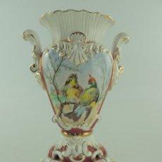 Antigüedades: ANTIGUO FLORRERO DE PORCELANA DESEÑADO PERFECTAMENTE PINTADO AMANO ESCENAS CON PAJARITOS Y FLORES. Lote 175015148