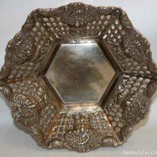 Antigüedades: BANDEJA DE PLATA - 1930-40 - MOTIVOS FLORALES -. Lote 175043644