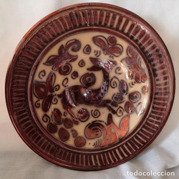 ANTIGUO PLATO DE REFLEJOS METÁLICOS FIRMADO EN LA BASE (Antigüedades - Porcelanas y Cerámicas - Manises)