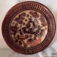 Antigüedades: ANTIGUO PLATO DE REFLEJOS METÁLICOS FIRMADO EN LA BASE. Lote 175052688