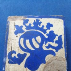 Antigüedades: ANTIGUO AZULEJO BALDOSA ESTILO GÓTICO- MOTIVOS HERALDICOS, 10X10CM.. Lote 175059730