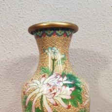 Antigüedades: JARRÓN ANTIGUO EN BRONCE Y ESMALTES CLOISONNE CHINO, HECHO A MANO, AÑOS 40/50 .. Lote 175075500