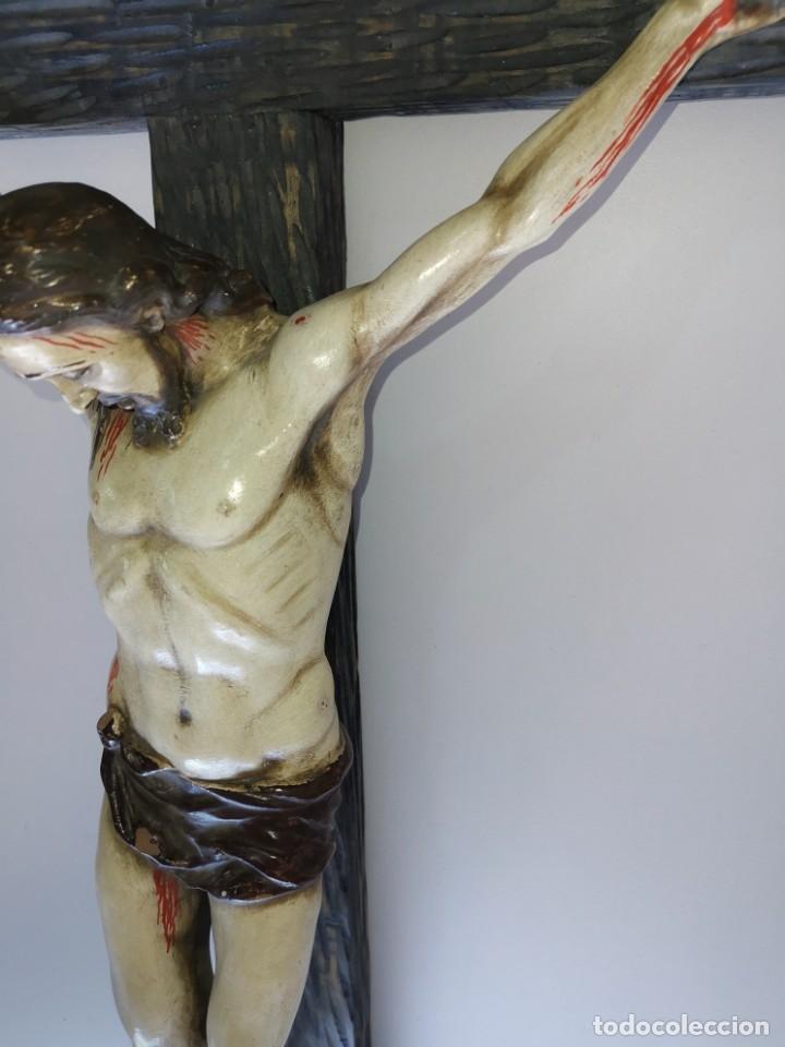 Antigüedades: Excepcional crucifijo antiguo de madera y Cristo de barro. - Foto 24 - 175086415