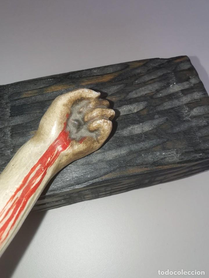 Antigüedades: Excepcional crucifijo antiguo de madera y Cristo de barro. - Foto 11 - 175086415