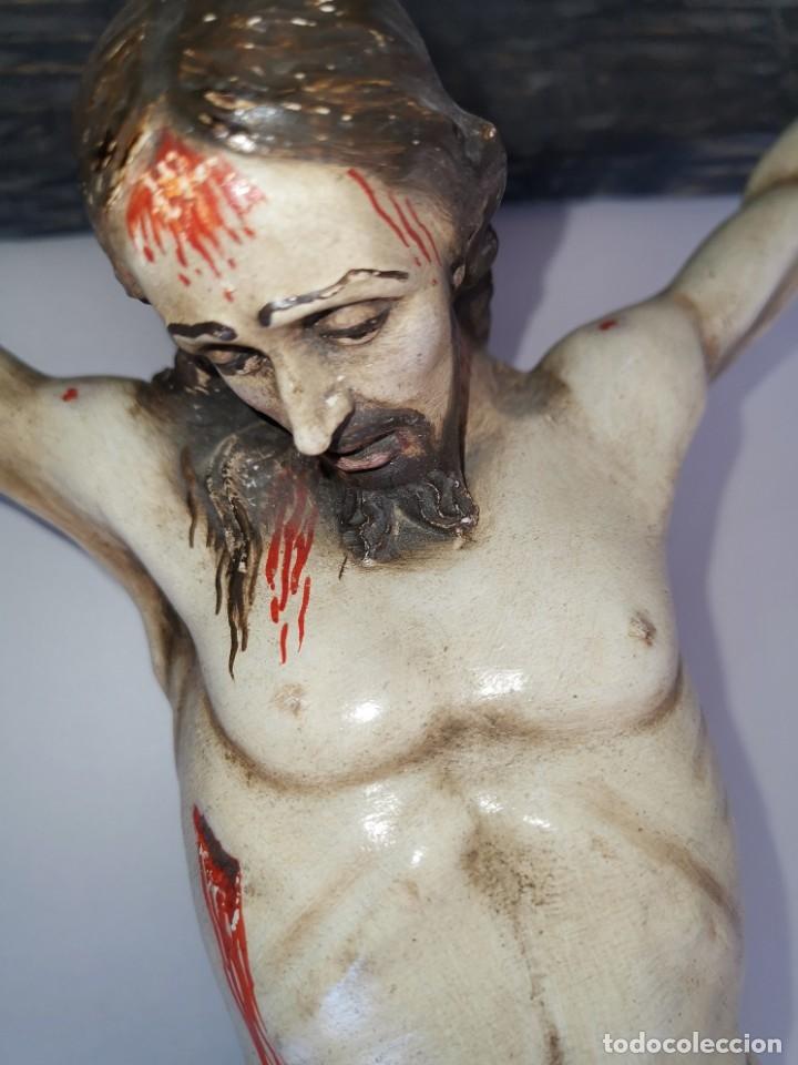 Antigüedades: Excepcional crucifijo antiguo de madera y Cristo de barro. - Foto 14 - 175086415