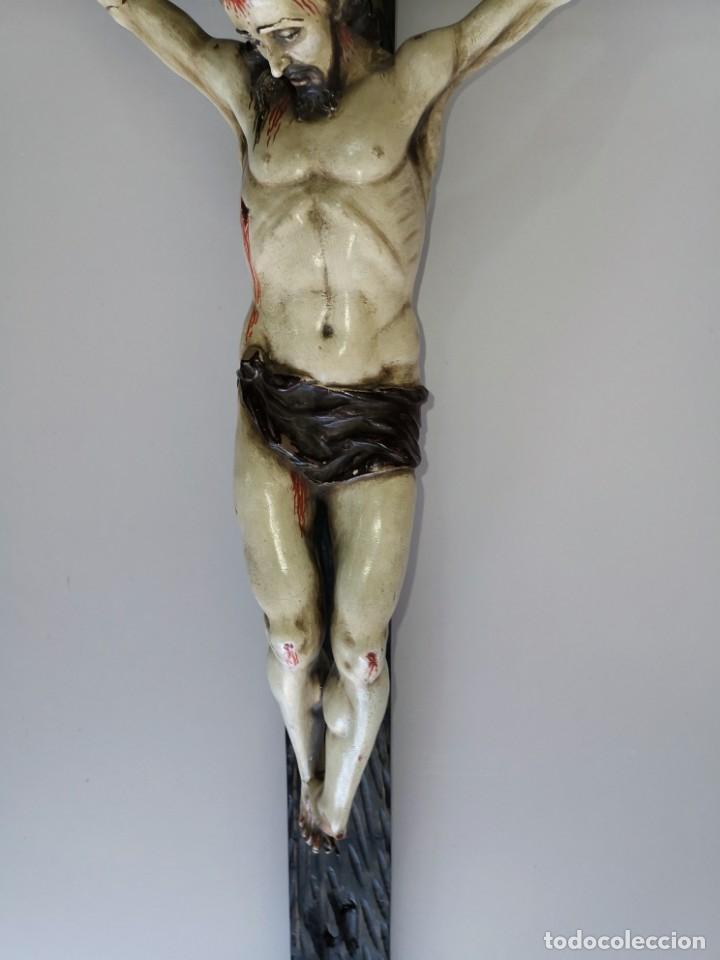 Antigüedades: Excepcional crucifijo antiguo de madera y Cristo de barro. - Foto 18 - 175086415