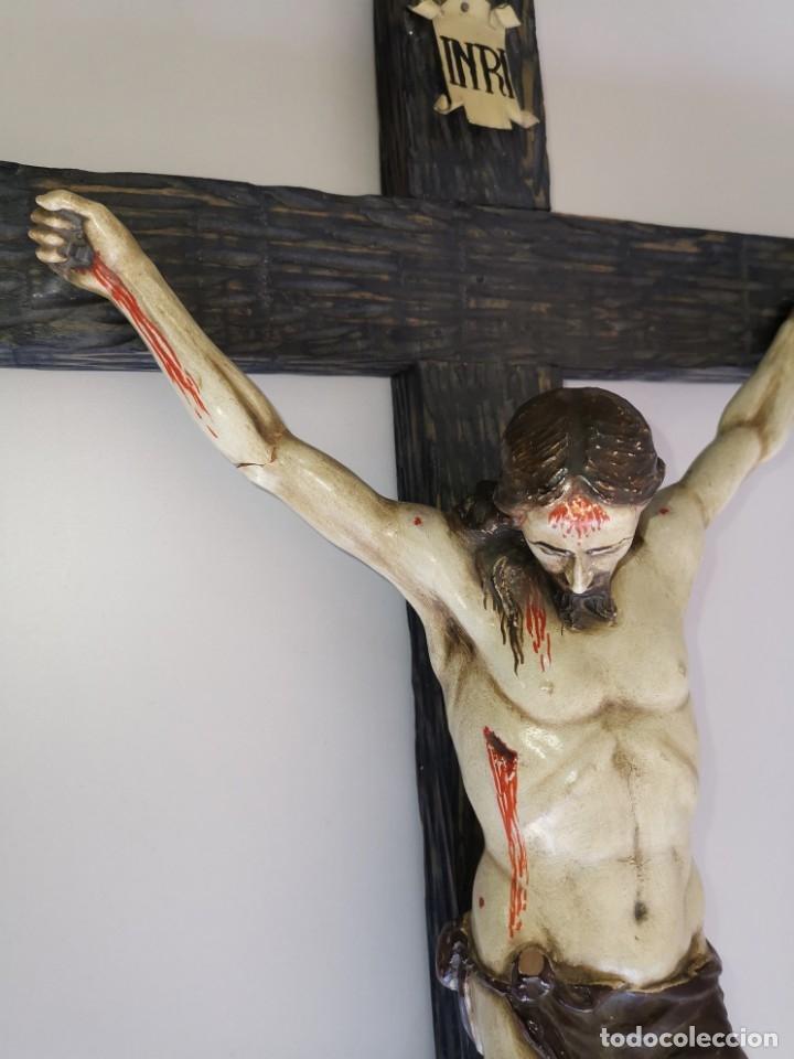 Antigüedades: Excepcional crucifijo antiguo de madera y Cristo de barro. - Foto 19 - 175086415