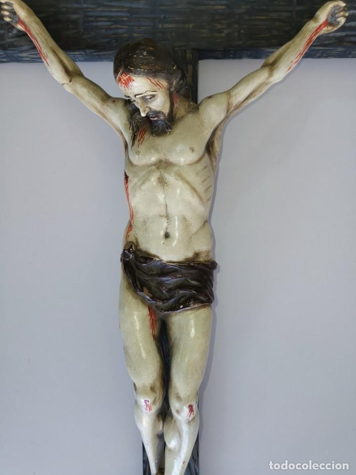 Antigüedades: Excepcional crucifijo antiguo de madera y Cristo de barro. - Foto 20 - 175086415