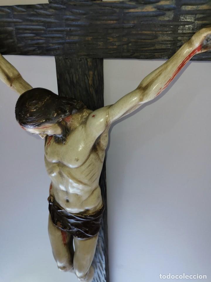 Antigüedades: Excepcional crucifijo antiguo de madera y Cristo de barro. - Foto 22 - 175086415