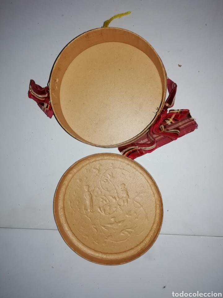 Antigüedades: Antigua caja/bolso circular pintada a mano con escena campestre. - Foto 2 - 175100888