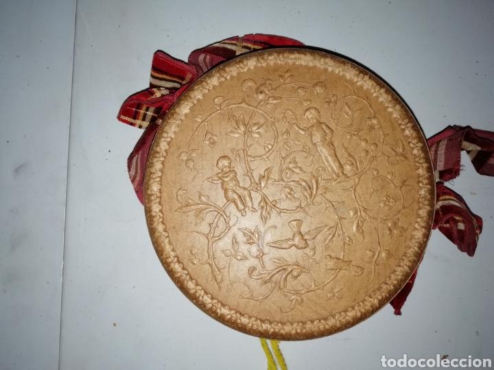 Antigüedades: Antigua caja/bolso circular pintada a mano con escena campestre. - Foto 3 - 175100888