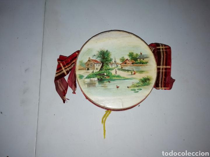 Antigüedades: Antigua caja/bolso circular pintada a mano con escena campestre. - Foto 5 - 175100888