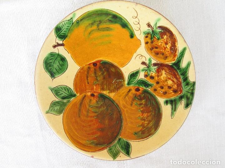 Antigüedades: TRES PLATOS ANTIGUOS DE CERÁMICA PINTADOS A MANO, FIRMADO PUIGDEMONT - CERAMICA LA BISBAL - Foto 8 - 175132462
