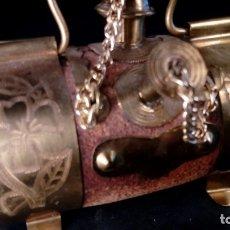 Antigüedades: PEQUEÑA CUBA DE NOVIA EN LATÓN CINCELADO Y CORCHO, CON ASA. LEVANTINA. MITAD S. XX.. Lote 175198697