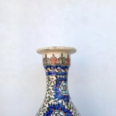 Antigüedades: ANTIGUO JARRÓN O FLORERO DE CERÁMICA CON DECORACIÓN FLORAL. PINTADO A MANO.. Lote 175199650
