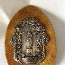 Antigüedades: VIRGEN DEL PILAR ,PRECIOSA BENDITERA EN PLATA DE LEY BENDITERA EN PLATA DE LEY PRESENTA DOS PEQUEÑ. Lote 175202440