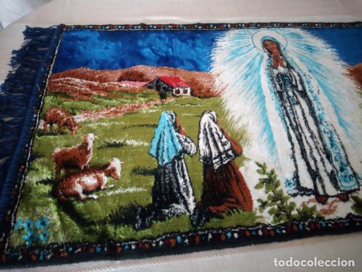 Antigüedades: Precioso y antiguo tapiz virgen de Fatima con los pastorcillos, aterciopelado. - Foto 3 - 175248962