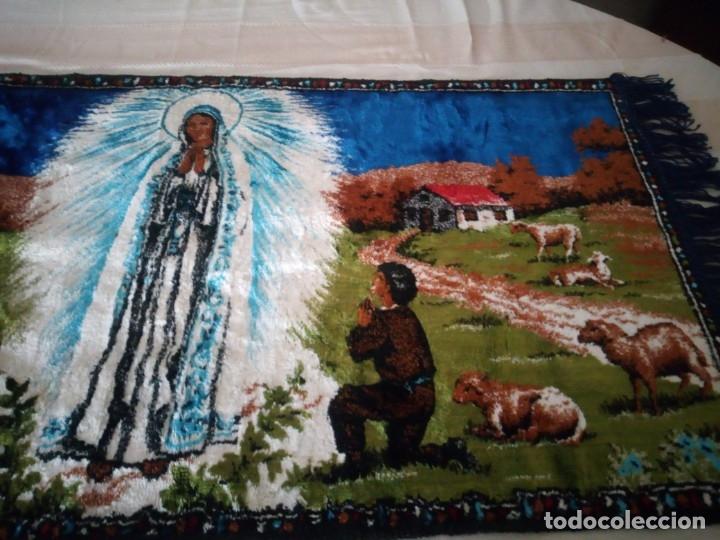 Antigüedades: Precioso y antiguo tapiz virgen de Fatima con los pastorcillos, aterciopelado. - Foto 4 - 175248962