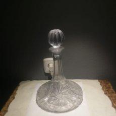 Antigüedades: ANTIGUA MAGNÍFICA BOTELLA LICOLERA CON TAPÓN DE CRISTAL GRUESO TALLADO Y PESADO BASE TALLADA. Lote 175325149