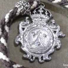 Antigüedades: MEDALLA CON CORDON DE LA HDAD DE LA VIRGEN DEL CARMEN DE LA CAPILLA DEL PUENTE DE TRIANA. Lote 175373493
